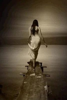 20110811054629-mujer-caminando-encima-muelle