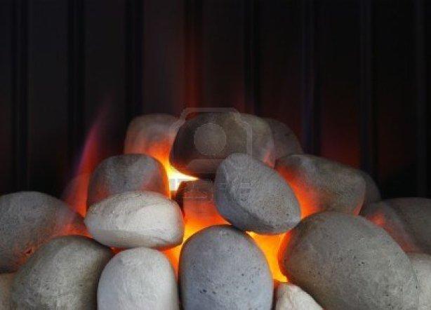 6512679-detalle-de-gas-fuego-mostrando-las-llamas-lamiendo-piedras